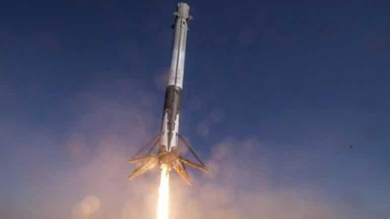 Uzay aracı Falcon 9, kalkış yaparken patladı